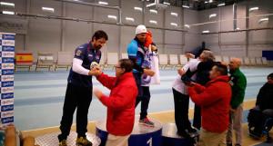 Miguel Ángel Medina recogiendo el premio como vencedor del Campeonato de Andalucía Compuesto masculino.
