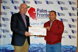 José Manuel Pérez, presidente de la hermandad, ha recibido la aportación de manos del presidente de la Comunidad de Regantes, José Antonio Garrido.