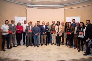 Foto de familia: entidades ganadoras, miembros del jurado y padrinos solidarios.