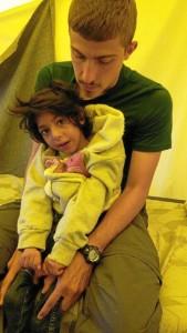 Junto al pequeño Osman, niño afgano de 7 años con parálisis cerebral que llegó al campamento de refugiados.