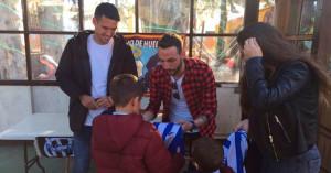 Rubén Gálvez y Ale Zambrano, durante la firma de autógrafos a los niños en el Parque de las Palomas. / Foto: www.recreativohuelva.com.