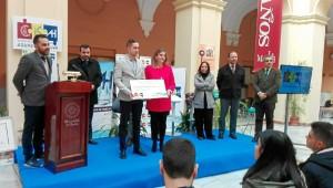 Recibiendo el primer Premio de los Trabajos de Fin de Máster de la 1ª Edición de la Cátedra de Innovación Social de Aguas de Huelva.