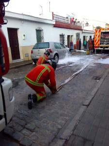 La rápida actuación de policías y bomberos fue fundamental para evitar la propagación del fuego. / Foto: A. J. P. M.
