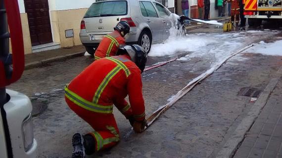 La rápida actuación policial y de bomberos evita la propagación del incendio de un vehículo en Moguer