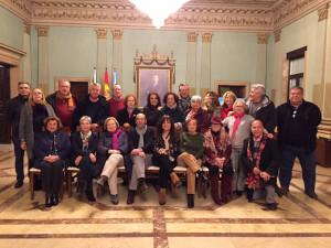 Miembros del colectivo 'Poetas por la Paz' en el Ayuntamiento de Huelva.