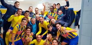Los jugadores del Isla Cristina celebran en los vestuarios su triunfo ante el San José. / Foto: @islacristinafc.