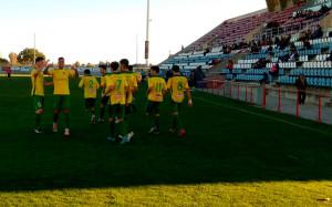 Los jugadores del Montilla celebran el gol de Luque, que les dio la victoria en Cartaya. / Foto: @MontillaCF.