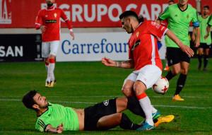 Imagen de la jugada en la que el Real Murcia reclamó penalti por un posible derribo de Julio Rodríguez sobre Elady. / Foto: @5Artemio.