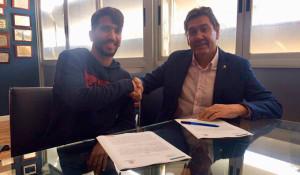Víctor Barroso y el presidente del Recre, Manolo Zambrano, en el momento de la firma. / Foto: @recreoficial.