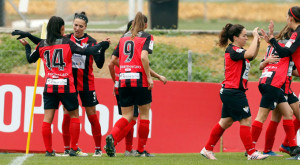 Las jugadoras del Sporting celebran uno de sus goles en Sevilla. / Foto: www.lfp.es.