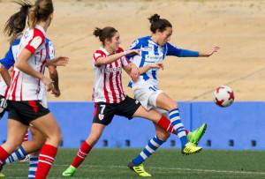 Castelló se anticipa a Nekane en un lance del choque de este domingo. / Foto: www.lfp.es.