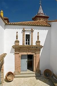 Imagen del antiguo convento de Aroche. / Foto: qrturismohuelva.org