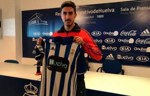 Toni Segura, nuevo jugador del Recre, con la camiseta del equipo onubense. / Foto: D. B.