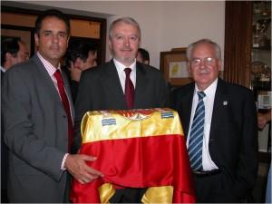 Lorente junto al doctor Carlos Álvarez y al profesor Enrique Villanueva. Cubierta con la bandera de España, la urna con los restos de Colón en la Universidad de Granada en junio de 2003.