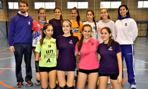 Selección onbense Cadete femenina de voleibol que prepara el Andaluz en Ayamonte. / Foto: J. L. Rúa.