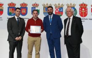 El alcalde de Almonaster la Real recibe el reconocimiento para su pueblo.