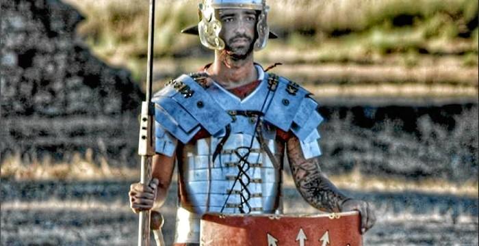Recreación histórica de un campamento militar en la ciudad romana de Arucci Turobriga