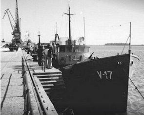 Patrullera V17 atracada en el Muelle de Levante en la década de los 70 del siglo XX