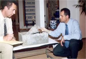 José Antonio Lorente junto al profesor Miguel Lorente, con los restos de Diego Colón en marzo de 2003.