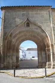 La bella portada, lo único que se conserva del antiguo convento de Cumbres Mayores.