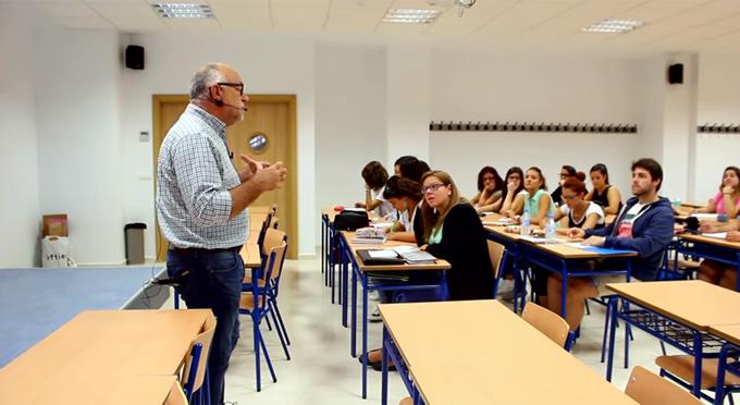 El profesor de la UHU Sebastián González muestra en Youtube cómo romper el hielo con los alumnos el primer día de clase