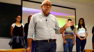 Sebastián lleva 30 años dando clases en la UHU.