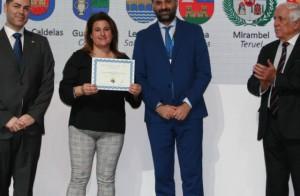 La alcaldesa de Segura de la Sierra muestra el diploma que acredita a su término como 'pueblo más bonito de España'.