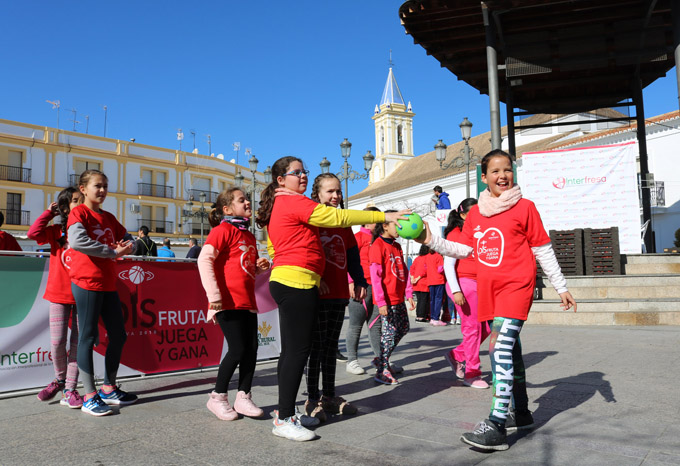 Marea roja de escolares en favor del deporte y la alimentación saludable en Cartaya