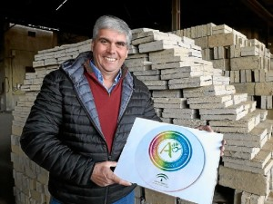 Pedro Ávalos, luciendo el distintivo 'Andalucía, calidad artesanal'.