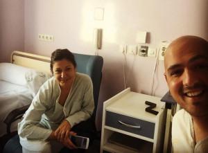 Marcos Rosa con su madres tras ingresar en el hospital el pasado 8 de febrero.