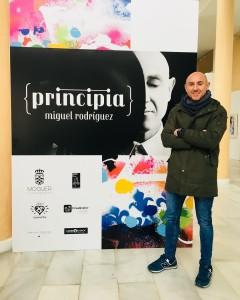 El artista moguereño Miguel Rodríguez expone 'Principia' en el Teatro Felipe Godínez de Moguer. / Foto: Sergio Cantos.