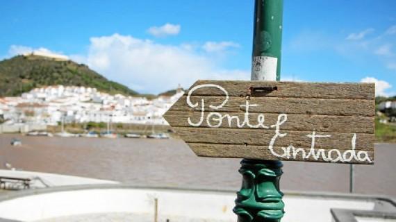 El Festival del Contrabando consigue unir Alcoutim y Sanlúcar a través de un puente peatonal