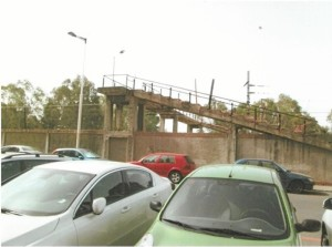 Con la finalidad de que pudieran pasar sus operarios a los Talleres la Compañía de Río-Tinto les construyó esta edificación.