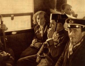 Bajo la custodia de la Guardia Civil en su traslado a Huelva para ser expulsada a Portugal. Revista Estampa 13 abril 1935. (Colección del autor).