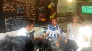 Siendo entrevistado para un canal deportivo vietnamita, donde habló del problema de la desaparición del Recreativo de Huelva.