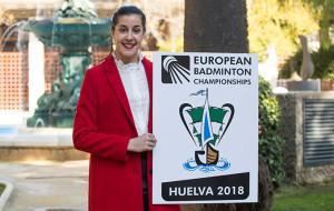 Carolina Marín, gran protagonista de la presentación del evento, y favorita para ganar el título, con el cartel del torneo.
