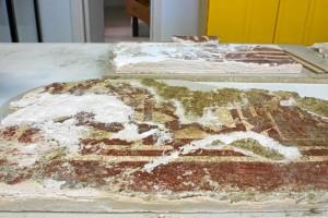 Imagen de cómo se encontró la pintura la restauradora cuando quitó la gasa protectora.