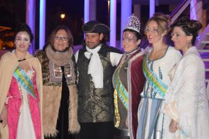 El pregonero junto a las reinas y damas del Carnaval y la alcaldesa de Punta Umbría.