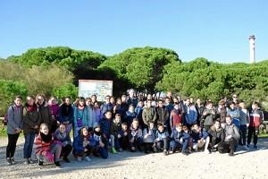 Grupo de alumnos con profesores posan al comienzo de la visita.
