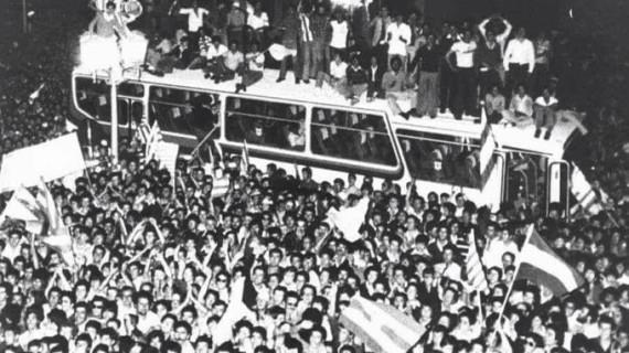 Celebración del ascenso a Primera del Recreativo en la Plaza de la Constitución de Huelva en 1978