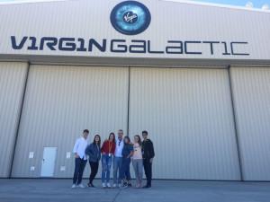 Francisco Martínez junto a sus alumnos en la empresa Virgin Galactic.
