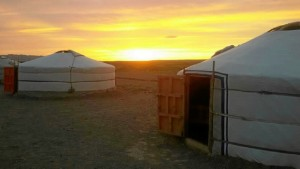 Puesta de sol en un campamento nómada de Mongolia.