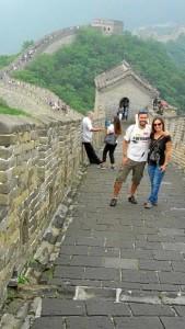 Recomiendan a los onubenses viajar para conocer otras culturas. En la fotografía, visitando la Gran Muralla China.