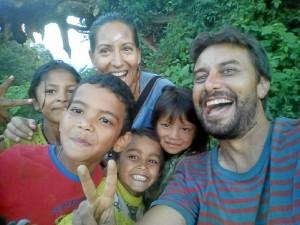 David Santana y Alejandra Martínez, realizando labores de voluntariado en una aldea de Nepal.