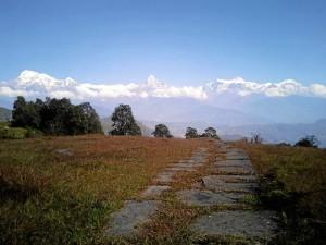 Practicando trekking, con el Himalaya al fondo.