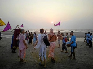 Rezos durante la puesta de sol en la playa de Arambol, en Goa, India.