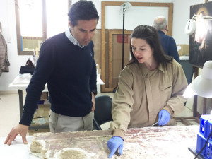 Noelia explica a Pablo el proceso que está desarrollando en la pieza.