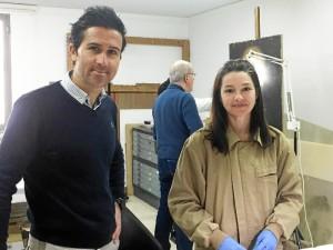 El director del Museo, Pablo Guisande, y la restauradora de las pinturas, Noelia Melara.