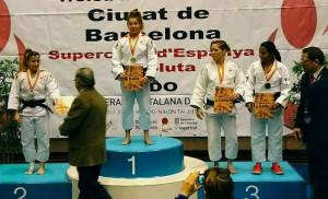 Almudena Gómez, con su medalla en el podio en el Campeonato celebrado en Barcelona. / Foto: @JudoHuelva1.