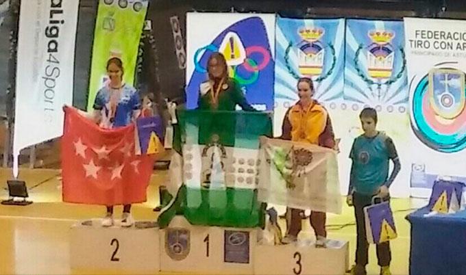 Leyre Fernández, en el podio como campeona.